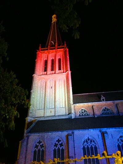 uitlichten kerk in rood-wit-blauw